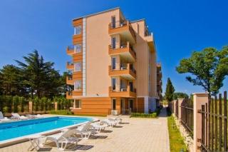 Меблированная квартира в Болгарии Поморие, в жилом доме с бассейном