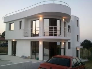 Двухэтажная вилла с бассейном в Болгарии у моря в к. Лозенец.