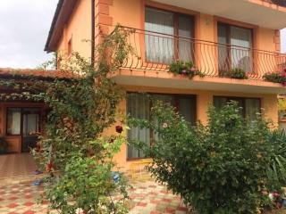 Лучшие дома в Болгарии. Трёхэтажный дом с большим участком.
