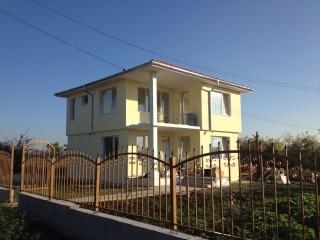 Шикарный новый двухэтажный дом недалеко от моря.