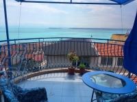 Меблированная квартира в Болгарии в жилом доме без таксы за обслуживание с видом на море трёхкомнатная .