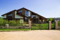 Современный, прекрасный дом на большом участке возле парка.