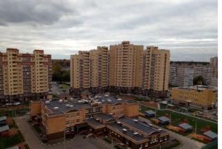 Продается однокомнатная квартира п. Свердловский ЖК Лукино-Варино, ул. Строителей дом 6 Количество комнат-1, этаж 12/12, тип дома: монолит-кирпич. Общая площадь 34.5 м2. Жилая площадь 15.7 м2. Площадь кухни 10.3 м2. Квартира просторная, светлая, сделан качественный ремонт, установлена хорошая входная дверь, частично расставлена мебель. Хорошие, спокойные соседи, чистый подъезд.Развитая инфраструктура: детские сады, школы, магазины, Сбербанк, фитнес клуб, салоны красоты. Через дорогу от дома находится зона отдыха с Суворовскими прудами и песчанным пляжем, а в двухстах метрах от дома протекает река Клязьма. Любителей спорта и активных развлечений ждет располагающийся неподалеку Миховский санаторий с аквапарком, пейнтболом и прогулками на лошадях. Удобное транспортное сообщение с Москвой по Щелковскому шоссе, ж/д станция Чкаловская. Год сдачи в эксплуатацию 2015. Один собственник. Прямая продажа. Приобретая квартиру с нашим агентством Вы получаете юридическое сопровождение и гарантию чистоты сделки, оформление всех необходимых документов. Наше агентство является официальным партнером Сбербанка, помощь с оформлением ипотеки.