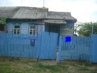 Продам дом  46 м2 из трех комнат, 12 соток  в районе 15 школы станицы Холмской. цена 680 т. руб.