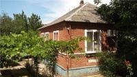 Продам кирпичный дом 64 м2 на 10 сотках  с банькой, в районе 43 школы, в станице Холмской. Цена 1,9 млн. руб.