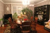 Продам добротный большой дом 96 м2, с качествен ным ремонтом и капитальным навесом, 12 соток,  в центре станицы Холмской. Цена 3,6 млн. руб