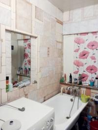 Продам небольшой уютный дом 40,8 м2,  из трех комнат, 9 соток, в центре станицы Холмской. Цена 1,35 млн руб.