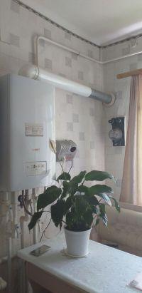 Продам двухуровневую однокомнатную квартиру на земле в центре станице Холмской, 37,8 м2, 3 сотки. Цена 900 т. рублей.